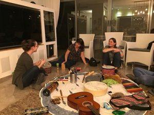 הדס מסבירה למשתתפות בסדנה וכלי הנגינה במרכז החדר על שטיח