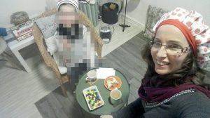 הדס וילד יושבים סביב שולחן חוגגים במסיבת תה מתוך טיפול