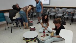 מנגנים בסדנה עם כלי הנגינה מדברים אוטיזם