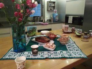 שולחן עליו כיבוד ופרחים לפני סדנה