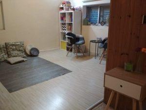 תמונת הקליניקה ביקנעם שטיח במרכז החדר, משחקים, כחי נגינה, כריות וכסאות