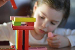 ילדה בונה בקוביות עץ