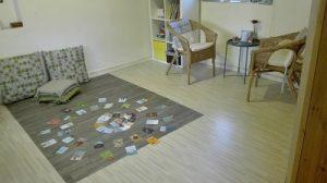 קלפים על שטיח בקליניקה במושבה לקראת פגישה