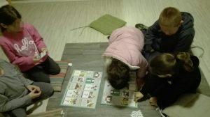 5 ילדים משחקים משחק חברה במשותף מתוך קבוצה חברתית