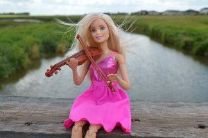 ברבי יושבת על העץ ומנגנת בכינור
