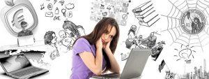 אישה מתוסכלת מול מחשב וסביב בשחור לבן כרגע סצנות מחיי יום יום