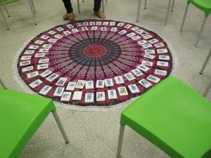 שטיח עם קלפים ומסביבו כסאות ריקים מחכים לסדנה