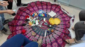 מעגל שרואים רגליים ושטיח ועלי וחלקי משחקים