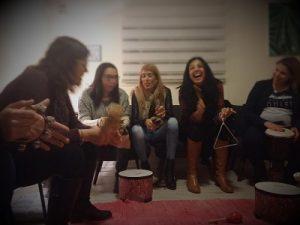 נשים בוגרות צוחקות עם כלי נגינב בסדנה בקליניקה ביקנעם, 5 נשים נראות