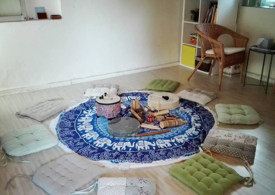 הכנה לסדנה במרכז השטיח כלי נגינה מסביב כריות ישיבה בקליניקה ביקנעם