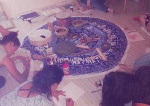 סדנת נשים עם כלי נגינה וכתיבה נשים כותבות כלי הנגינה באמצע