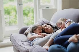 אמא ו- 2 ילדות מתחבקות על ספה