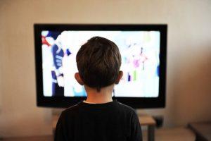 ילד שרואים בגבו צופה טלוויזיה