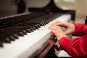ילד מנגן בפסנתר , רואים רק אצבעות ללא גוף