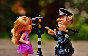 שוטר משחק וברבי משחק ורמזור בינהם