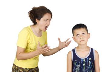 אמא מאיימת כמו צועקת על ילד כבן 10
