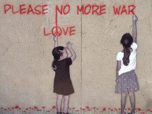 ציור של ילדות עושות גרפיטי די מלחמה יותר אהבה