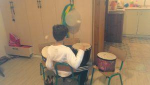 ילד המנגן על מערכת תופים