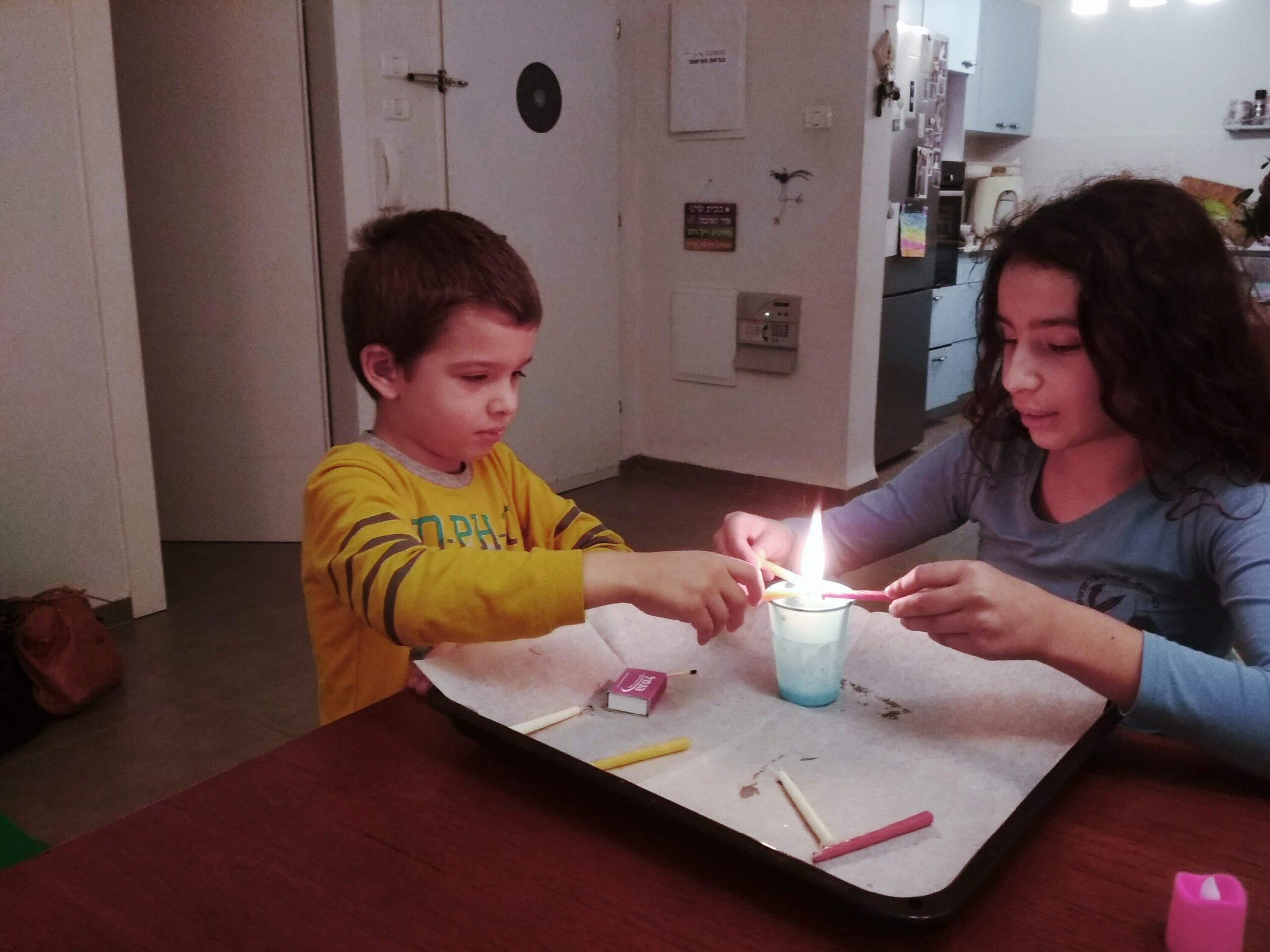 ילדים מטפטים נרות